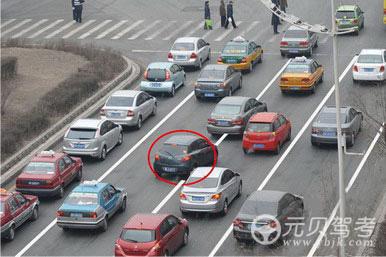 如圖所示,紅圈標注的深色車輛的做法是違法的。答案是對