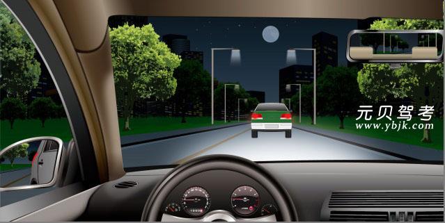 如图所示,在这种情况下跟车行驶,不能使用远光灯的原因是什么?A、不利于看清远方的路况B、会影响自己的视线C、会影响前车驾驶人的视线D、不利于看清车前的路况答案是C