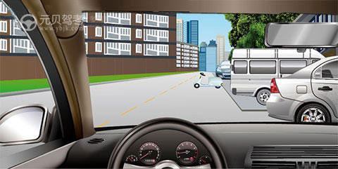 行车过程中遇到以下情况,正确的做法是什么?A、鸣笛并继续直行B、减速并随时准备停车C、转向道路左侧并继续行驶D、匀速驶过该区域答案是B