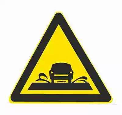 过水路面用以提醒车辆驾驶人谨慎慢行。