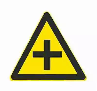 十字交叉除了基本形十字路口外,还有部分变异的十字路口,如:五路交叉路口、变形十字路口、变形五路交叉路口等。五路以上的路口均按十字路口对待。