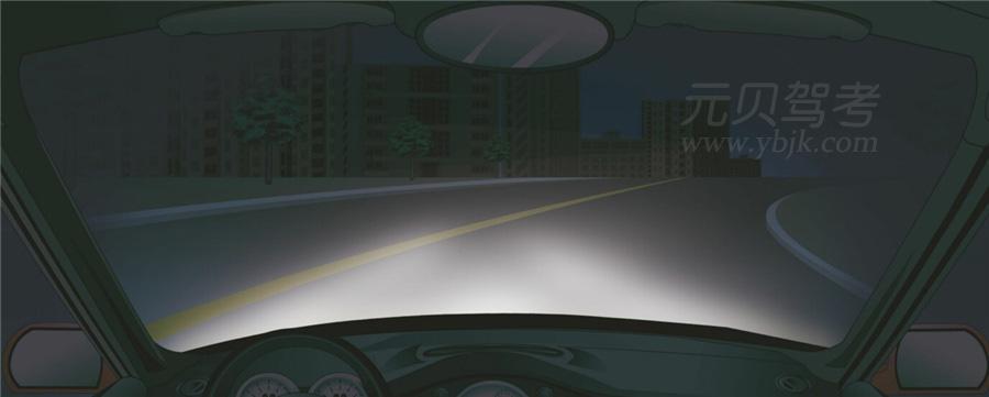 在這種急彎道路上行車應交替使用遠近光燈。答案是對