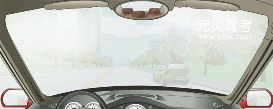 在这种天气条件下行车如何使用灯光?A、使用远光灯B、使用雾灯C、开启右转向灯D、不使用灯光答案是B