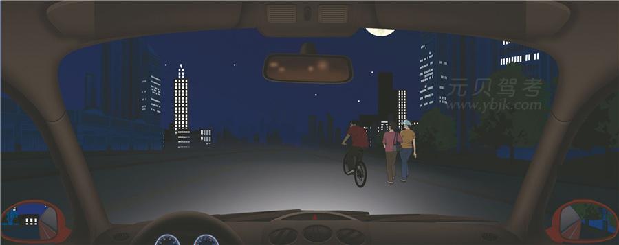 夜间行车,后方车辆提示超车,前方遇到这种情况时不能盲目让超。答案是对