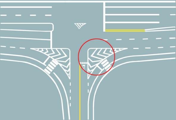 圖中圈內三角填充區域是什么標線?A、網狀線B、停車線C、減速線D、導流線答案是D
