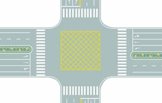 图中路口中央黄色路面标记是什么标线?A、中心圈B、导流线C、网状线D、停车区答案是C