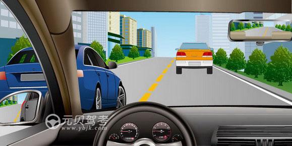 如图所示,驾驶机动车遇左侧车道有车辆正在超车时,可以迅速变道,伺机反超。答案是错