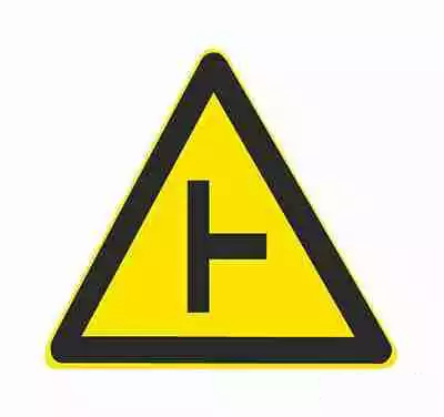 T形交叉丁字形标志原则上设在与交叉口形状相符的道路上。右侧丁字路口,此标志设在进入T字路口以前的适当位置。