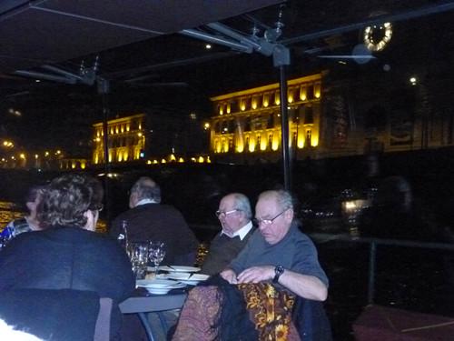 平淡无华的巴黎塞纳河两岸夜景高清图片