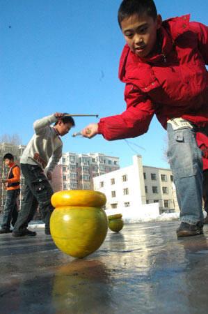 冬季哈尔滨孩子的玩法打冰尜 - 旭在东北 - 旭在东北原创音画博客(*^_^*)
