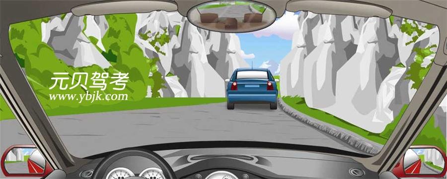 在这种山区道路怎样跟车行驶?A、紧跟前车行驶B、加大安全距离C、减小跟车距离D、尽快超越前车答案是B