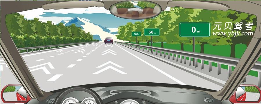 高速公路上的白色折線為行車中判斷行車速度提供參考。答案是錯