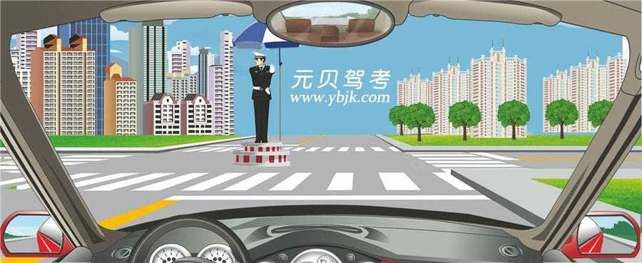 看到这种手势信号时怎样行驶?A、在路口向左转弯B、停车等待C、在路口直行D、进入左弯待转区答案是B