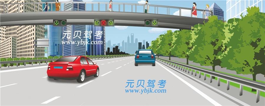 这辆红色轿车可以在该车道行驶。答案是错
