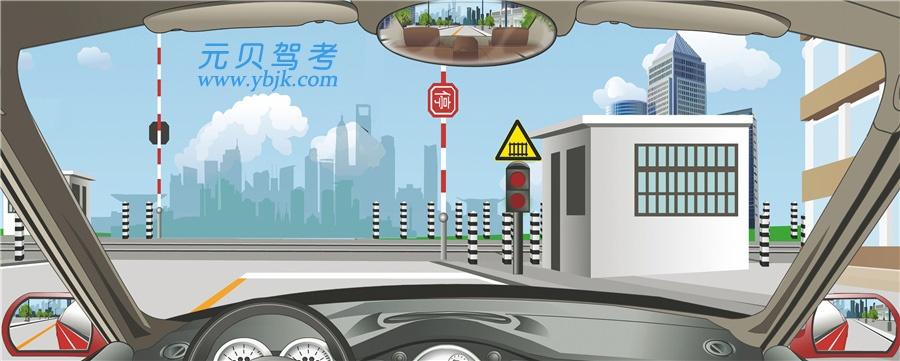 驾驶机动车怎样安全通过铁路道口?A、换空挡利用惯性通过B、进入道口后换低速挡C、进入道口前减速减挡D、道口内停车左右观察答案是C
