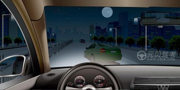 如圖所示,夜間駕駛機動車遇到其他機動車突然駛入本車道時,應當如何避讓?A、及時減速讓行B、向左猛打轉向盤躲避C、向右猛打轉向盤躲避D、加速從右側繞行答案是A