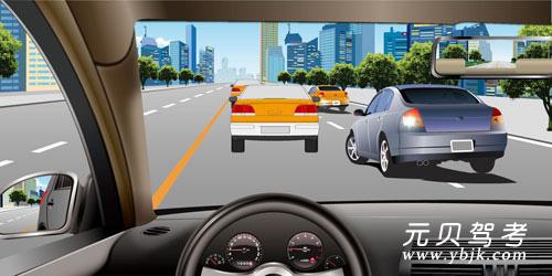 如圖所示,車輛在擁擠路段排隊行駛時,遇到其他車輛強行穿插行駛,以下說法正確的是什么?A、迅速左轉躲避B、減速或停車讓行C、持續鳴喇叭警告D、迅速提高車速不讓其穿插答案是B