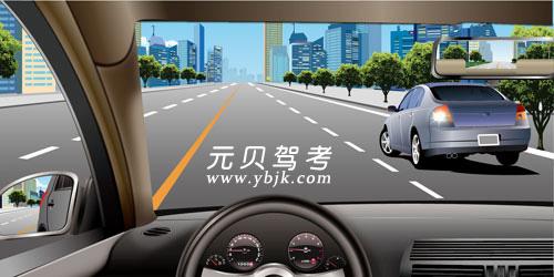 如图所示,在这种情况下遇右侧车辆变更车道,应减速保持间距,注意避让。答案是对