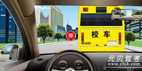如圖所示,駕駛機動車遇到這種情況時,以下做法正確的是什么?A、放慢車速,緩緩繞過B、鳴喇叭示意該車讓路C、立即停車等待,直至該車離開D、保持原車速繞行答案是C