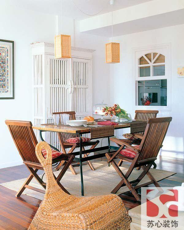 把餐廳和廚房之間的小窗設計成客廳窗戶的