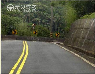 駕駛機動車通過這種路段時,應該考慮到彎道后方可能有對面駛來的車輛占用我方車道。答案是對
