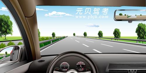 如圖所示,在高速公路同方向三條機動車道最左側道行駛,應保持什么車速?A、110公里/小時~120公里/小時B、100公里/小時~120公里/小時C、90公里/小時~110公里/小時D、60公里/小時~120公里/小時