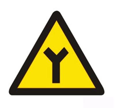 Y形交叉設在Y形路口之前的適當位置。
