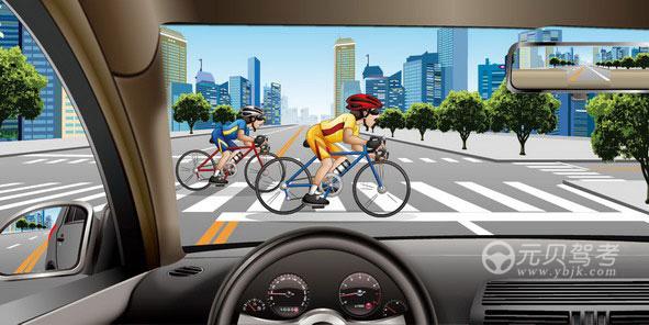 如圖所示,駕駛機動車行經交叉路口遇到這種情況時,以下做法正確的是什么?A、加速通過B、在騎車人通過前提前加速通過C、停車讓行D、連續鳴喇叭使其讓行答案是C