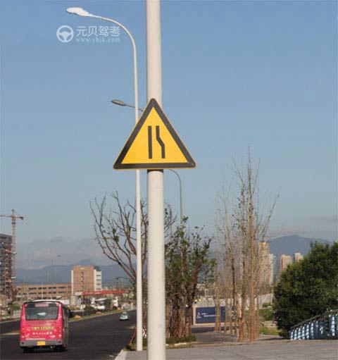 當駕駛員看到以下標志是,需減速慢行,是因為什么?A、前方車行道或路面變窄B、前方有彎道C、前方車流量較大D、前方有窄橋答案是A