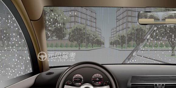 如圖所示,在這種情況下通過路口,駕駛人應減速或者停車觀察,以應對兩側路口可能出現的危險。答案是對
