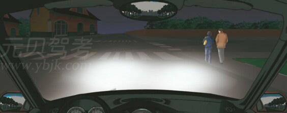 在這種環境里行車使用近光燈。答案是對