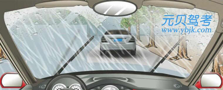 在這種雨天跟車行駛使用燈光,以下做法正確的是?A、使用遠光燈B、不能使用近光燈C、不能使用遠光燈D、使用霧燈答案是C