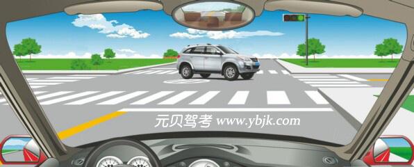 在這個路口右轉彎如何通行?A、先讓對面車左轉彎B、直接向右轉彎C、搶在對面車前右轉彎D、鳴喇叭催促答案是A