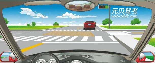 在路口遇到這種情形時怎樣做?A、停在網狀線區域內等待B、停在路口以外等待C、跟隨前車通過路口D、停在路口內等待