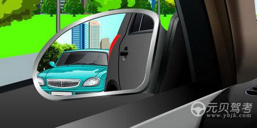 駕駛機動車在向左變更車道前,通過左后視鏡看到圖中情形時,以下做法正確的是什么?A、開啟左轉向燈后直接變更車道B、在確認左側無其他車輛后,變更車道C、開啟左轉向燈稍向左行駛,后車讓行后再變更車道D、開啟左轉向燈,讓后方車輛通過后變更車道答案是D