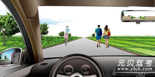 如圖所示,在這種道路上行駛,應在道路中間通行的主要原因是在道路中間通行速度快。答案是錯